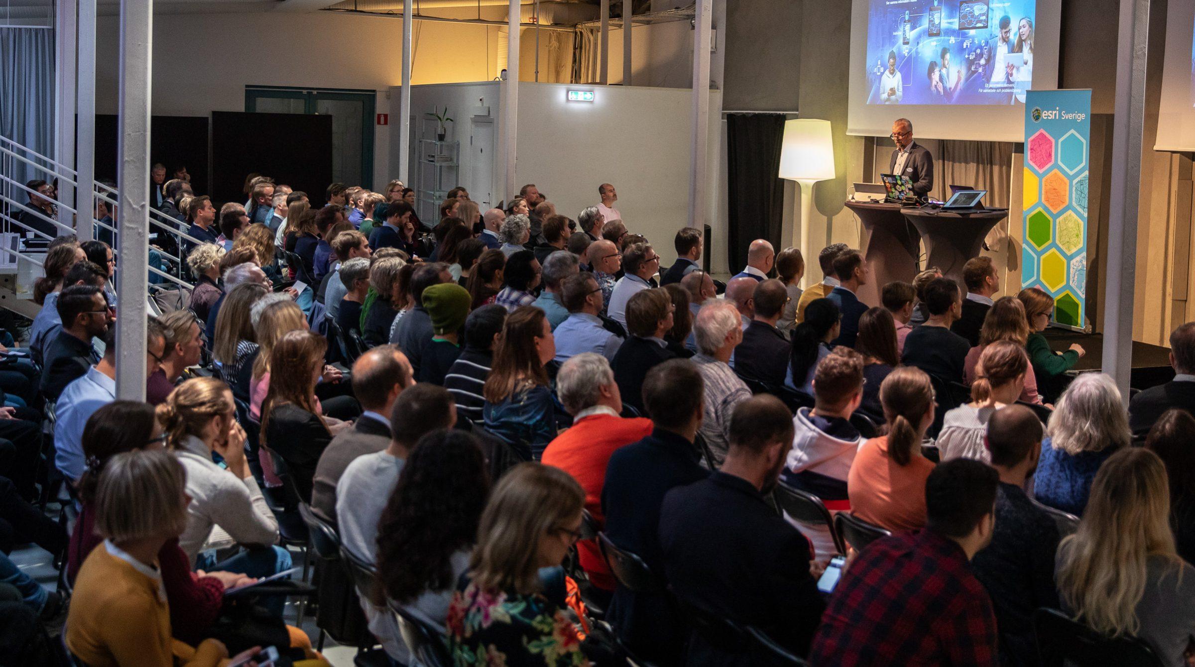 Lars Backhans, vd Esri Sverige, pratar på ArcGIS Användardagar
