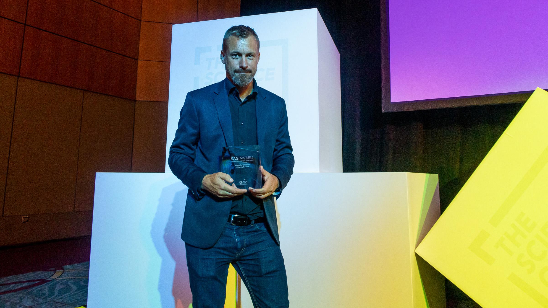 Michael Persson på Höganäs kommun tar emot GIS-pris