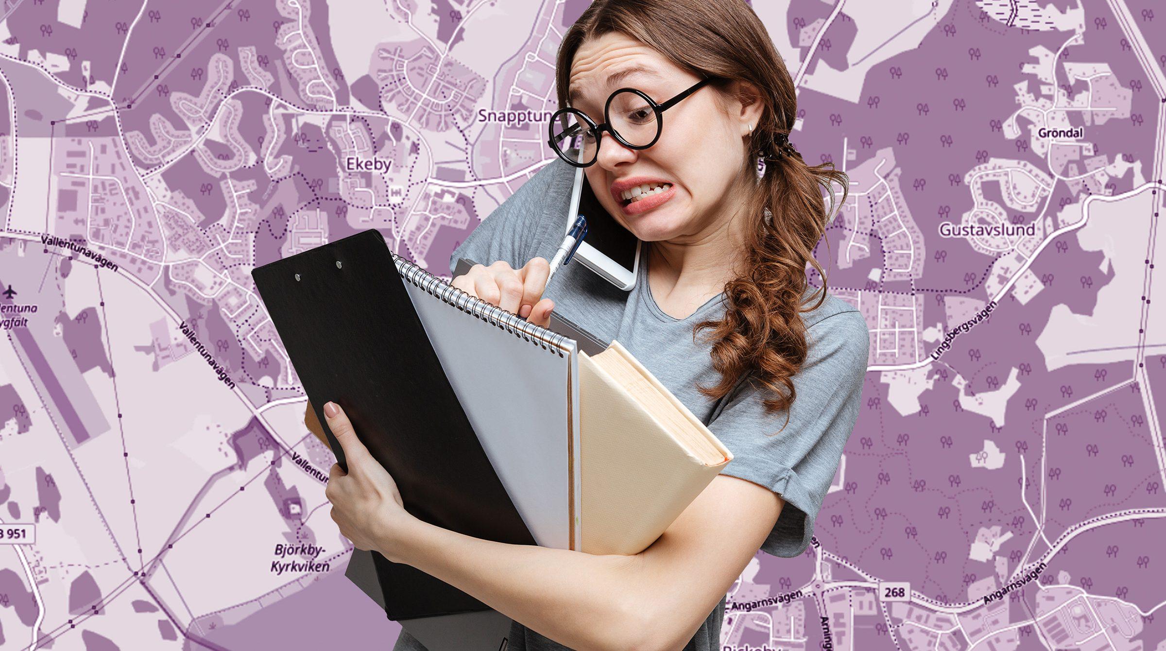Förvirrad kvinna med mappar, dator och mobil i händerna