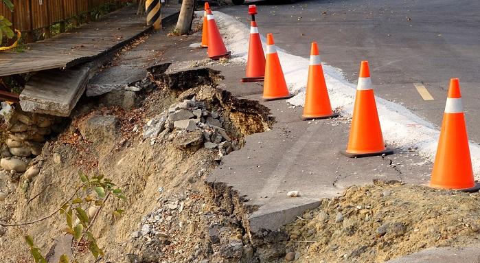 Väg skadad av jordskred