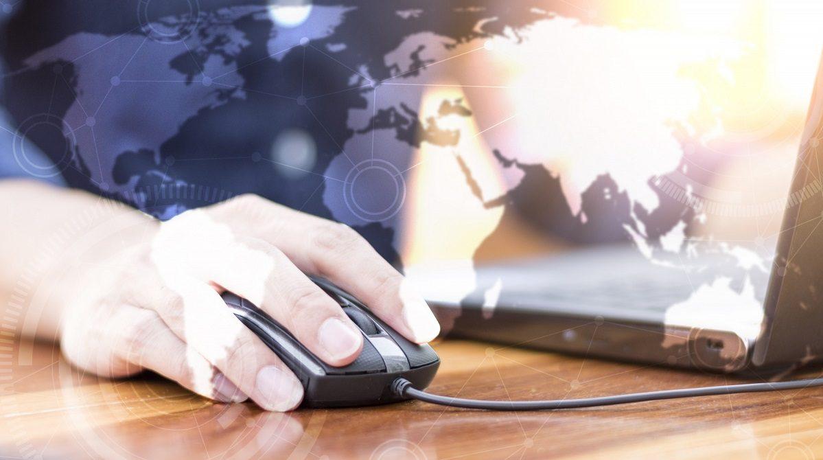 Montage: Bild i närbild jobbar vid dator, karta i bakgrunden