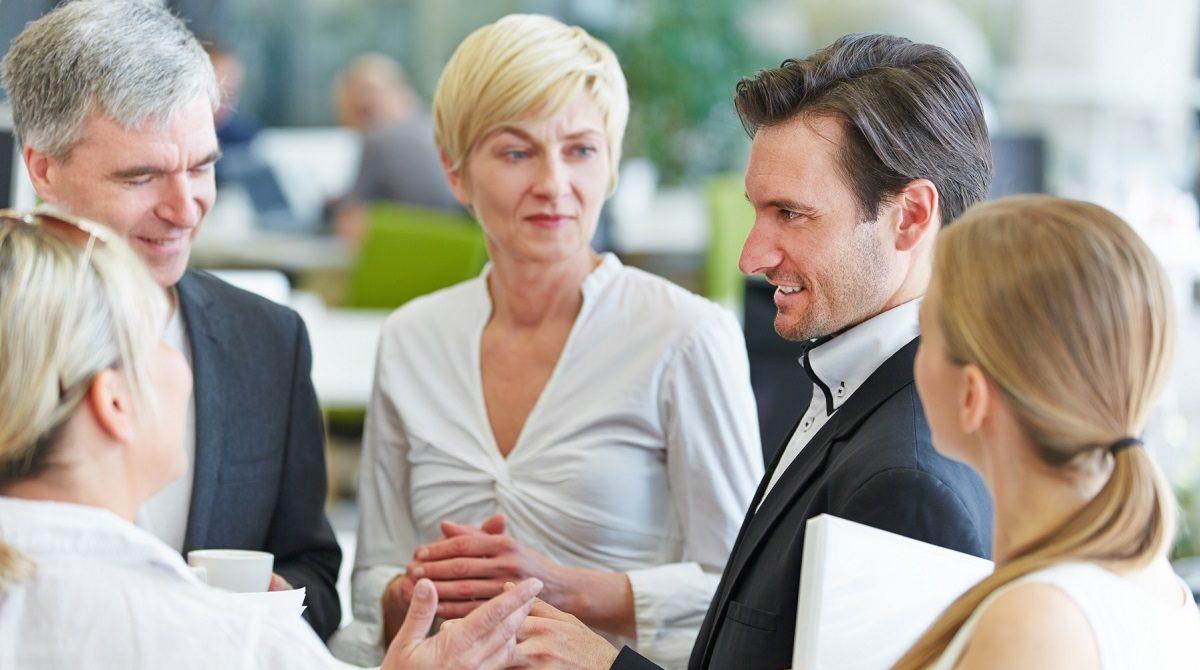 Grupp med affärsmän och -kvinnor i samtal