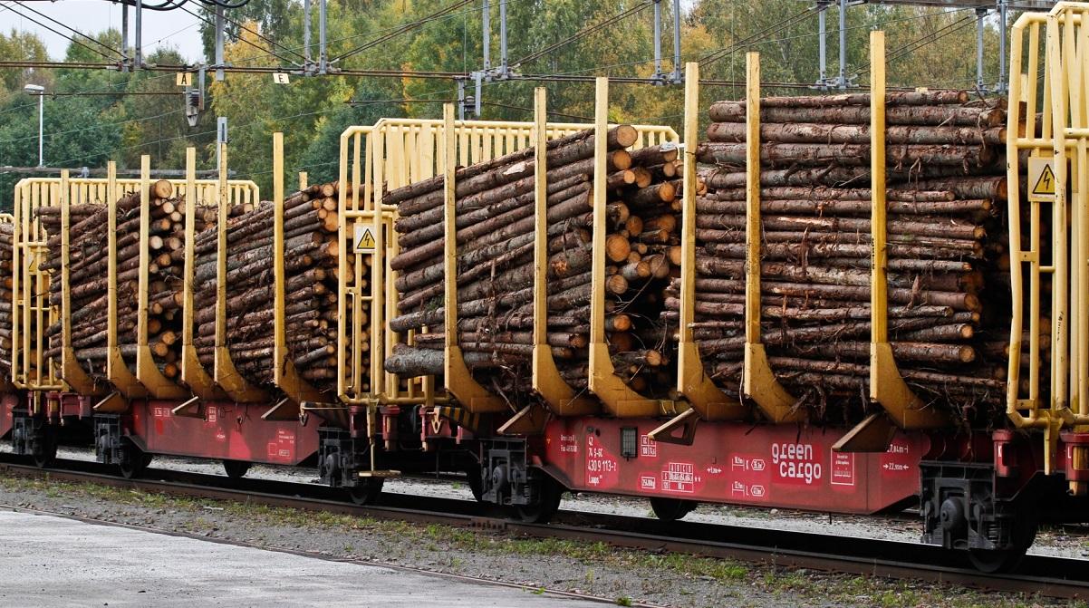 Järnvägsvagnar med råvara i form av timmer