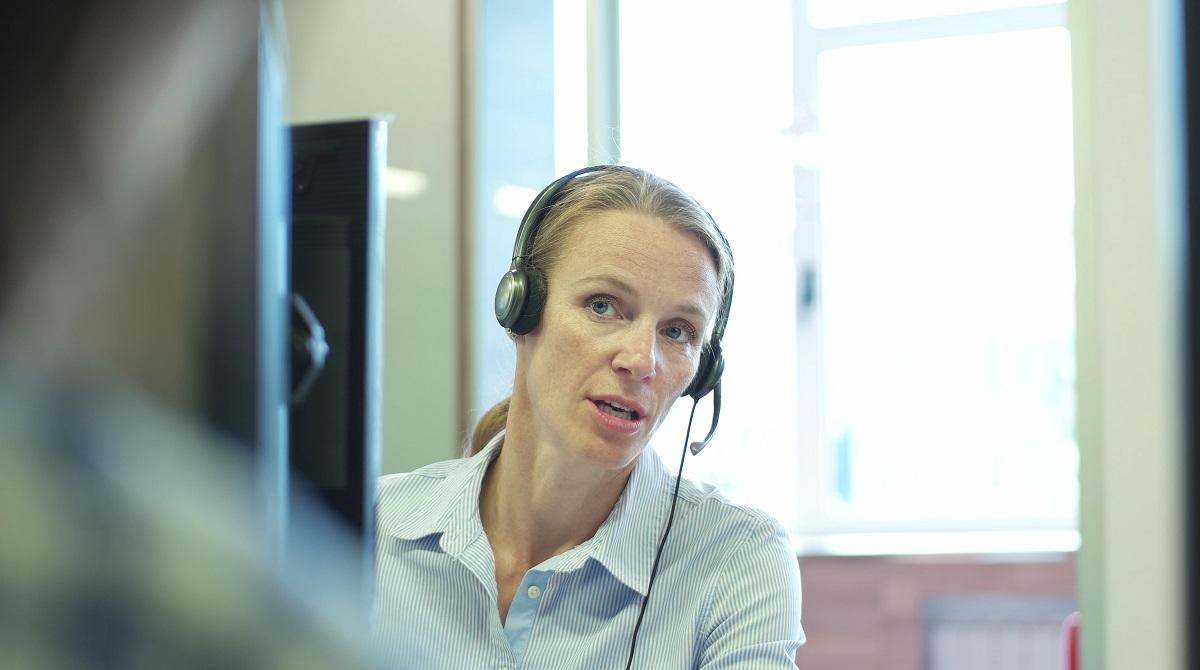 Kvinnlig call center-medarbetare