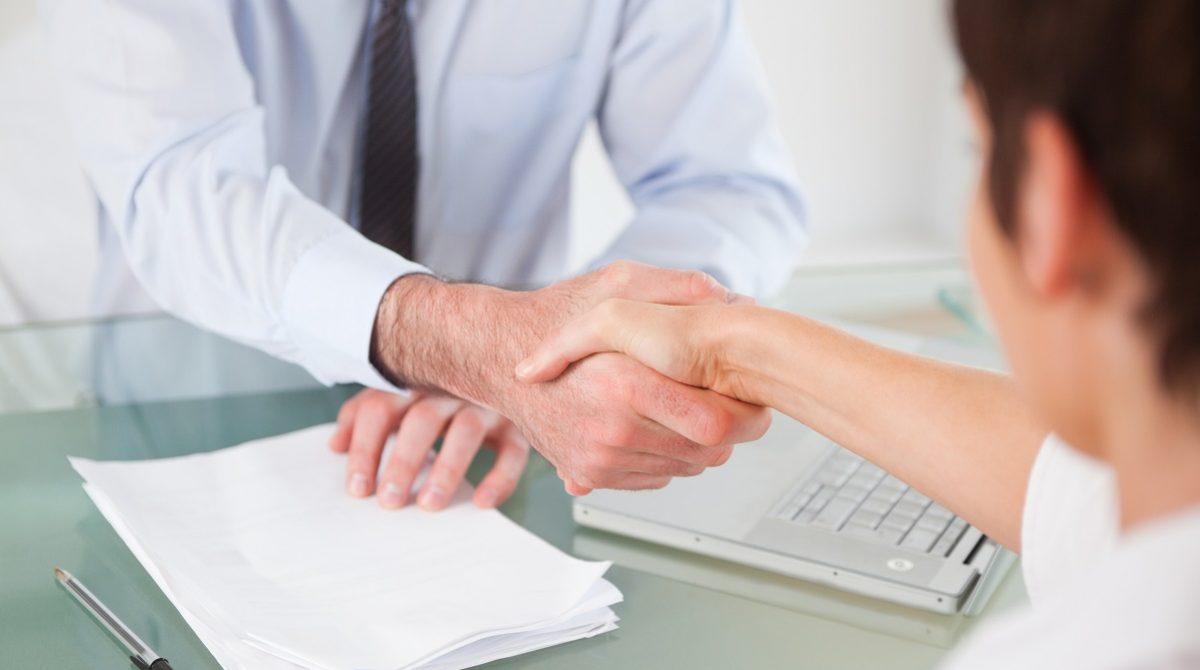 Handskakning över skrivbord