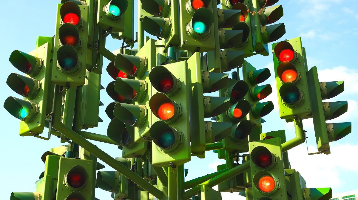 En massa trafikljus visar rött och grönt