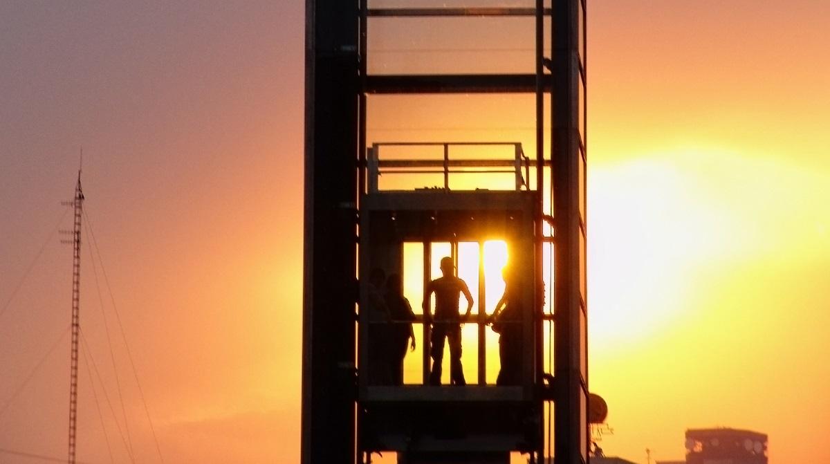 Hiss i solnedgång