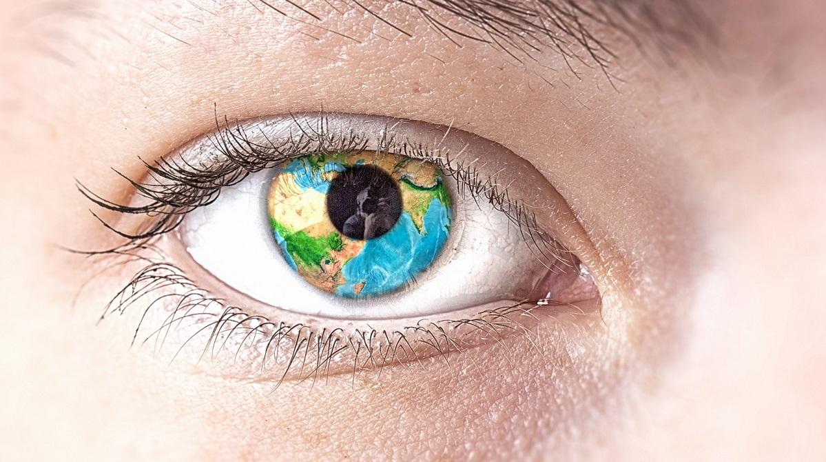 Öga med jorden reflekterad i iris