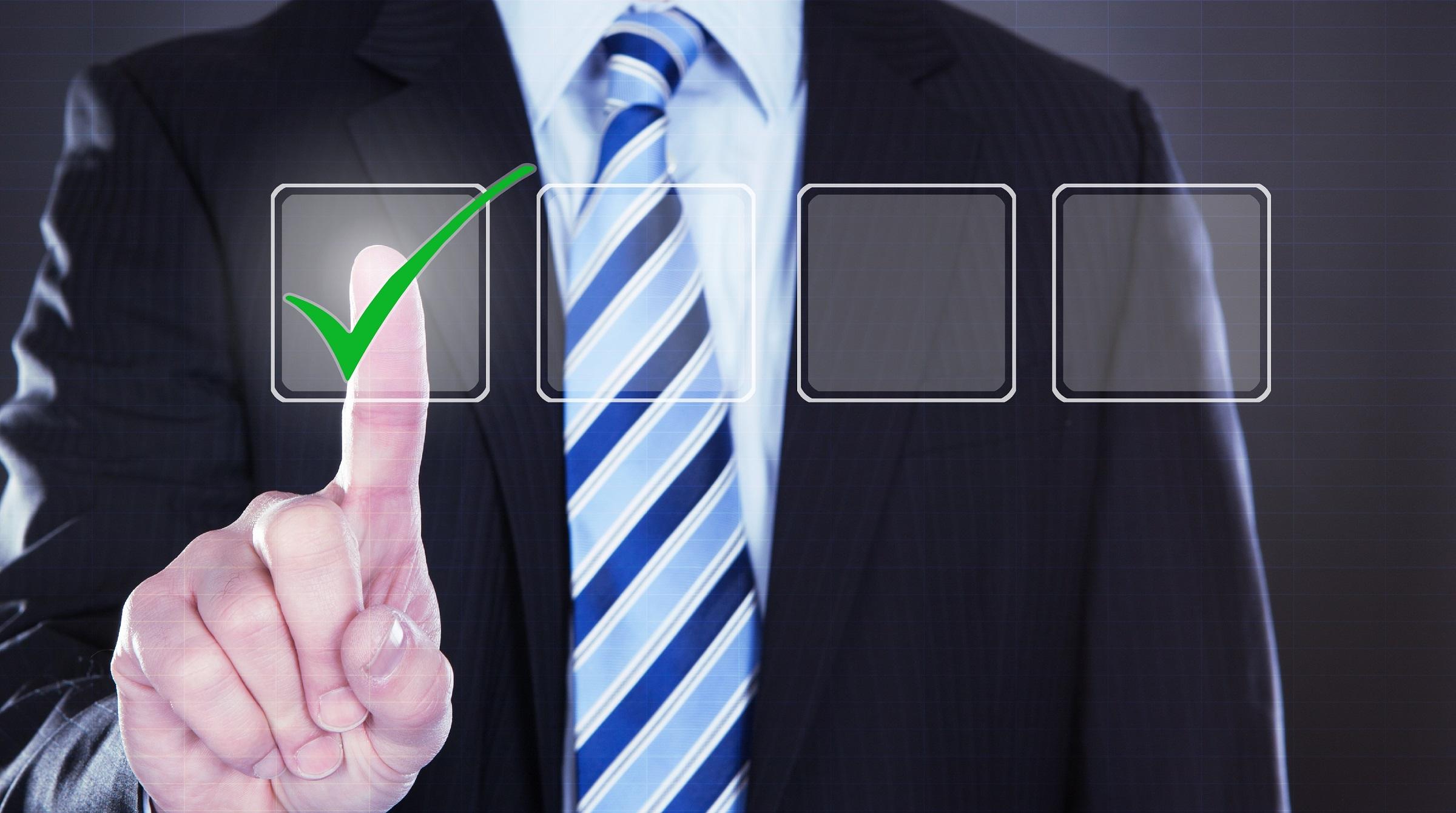 Affärsman kryssar i checklista