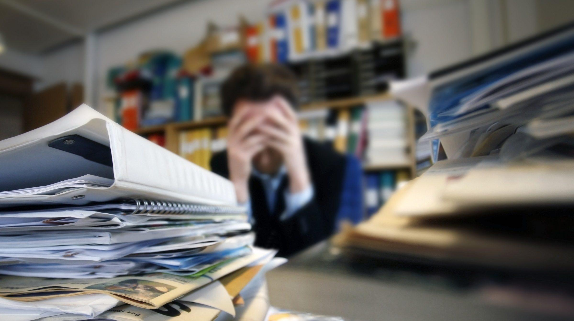 Frustrerad man vid skrivbord