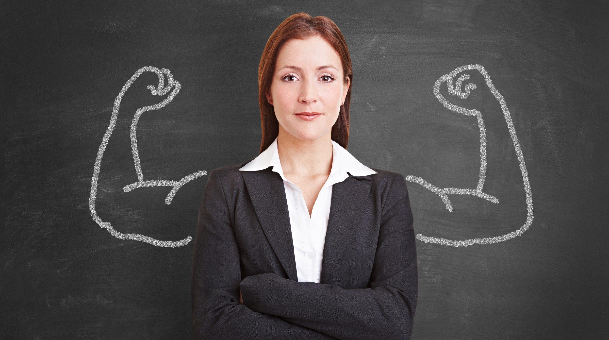 Affärskvinna framför griffeltavla med ritade muskler