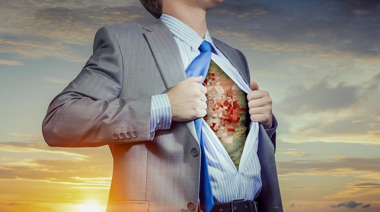 Affärsman som superhjälte med karta på bröstet