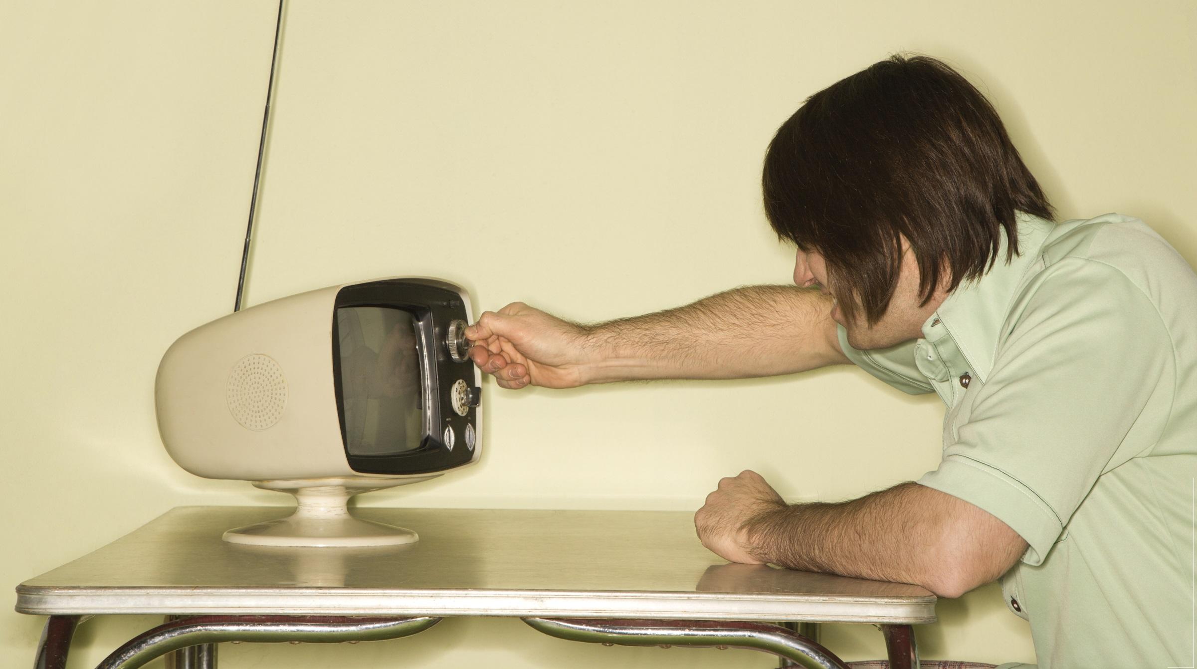 Man tittar på retro TV