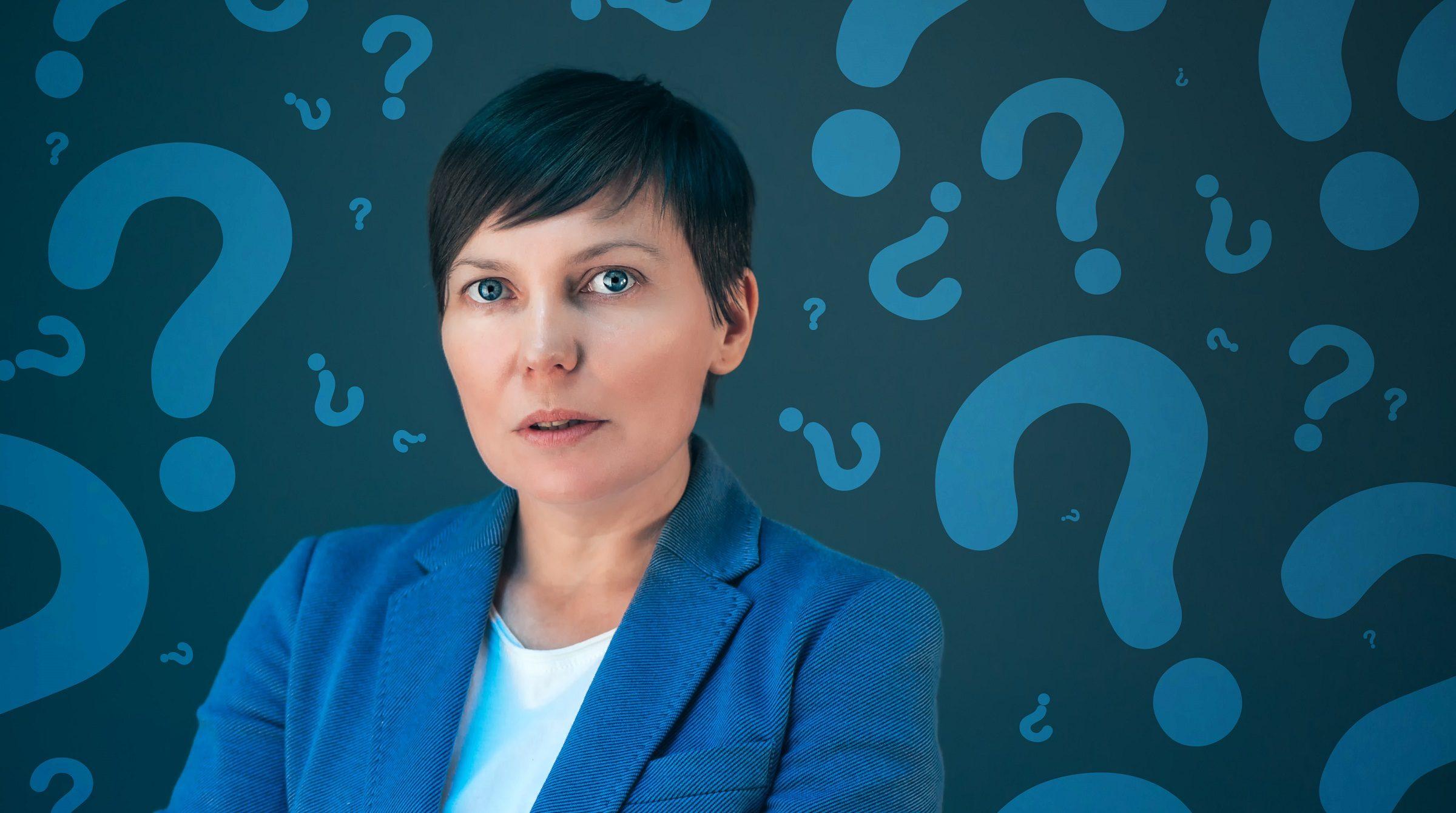Affärskvinna med frågetecken inför affärsbeslut
