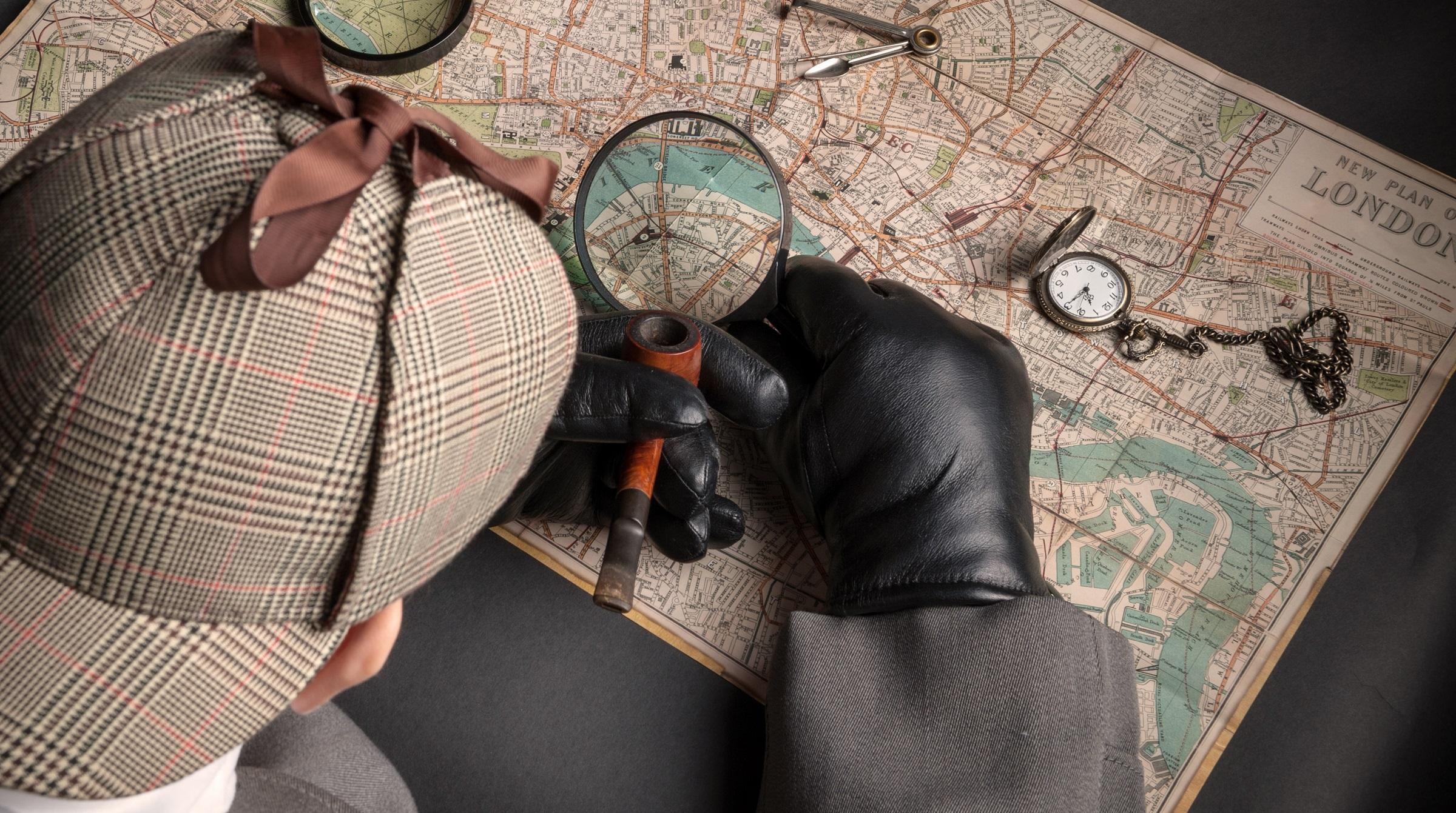 Sherlock Holmes böjd över karta