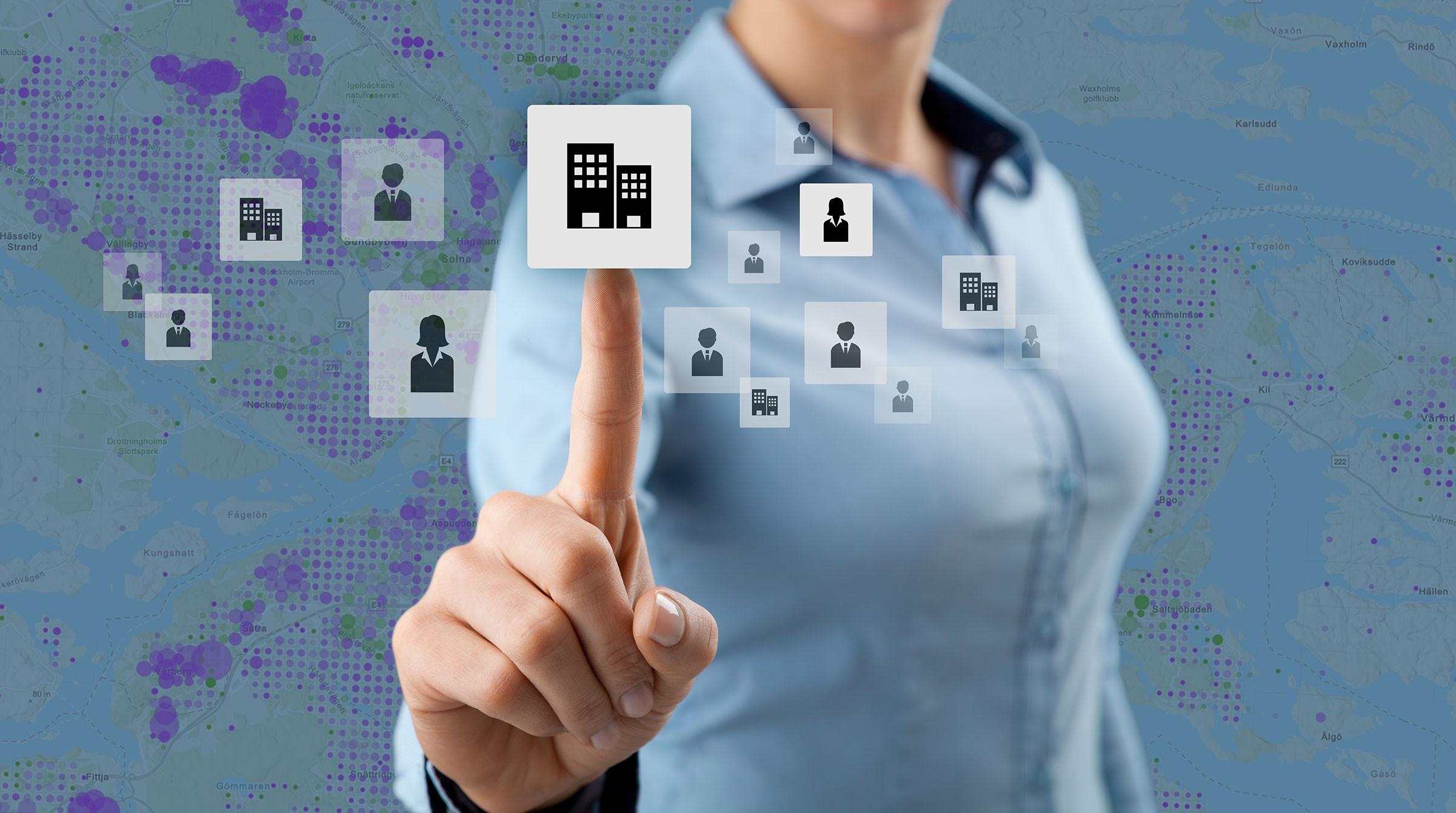 Kvinna och visualisering av CRM-data