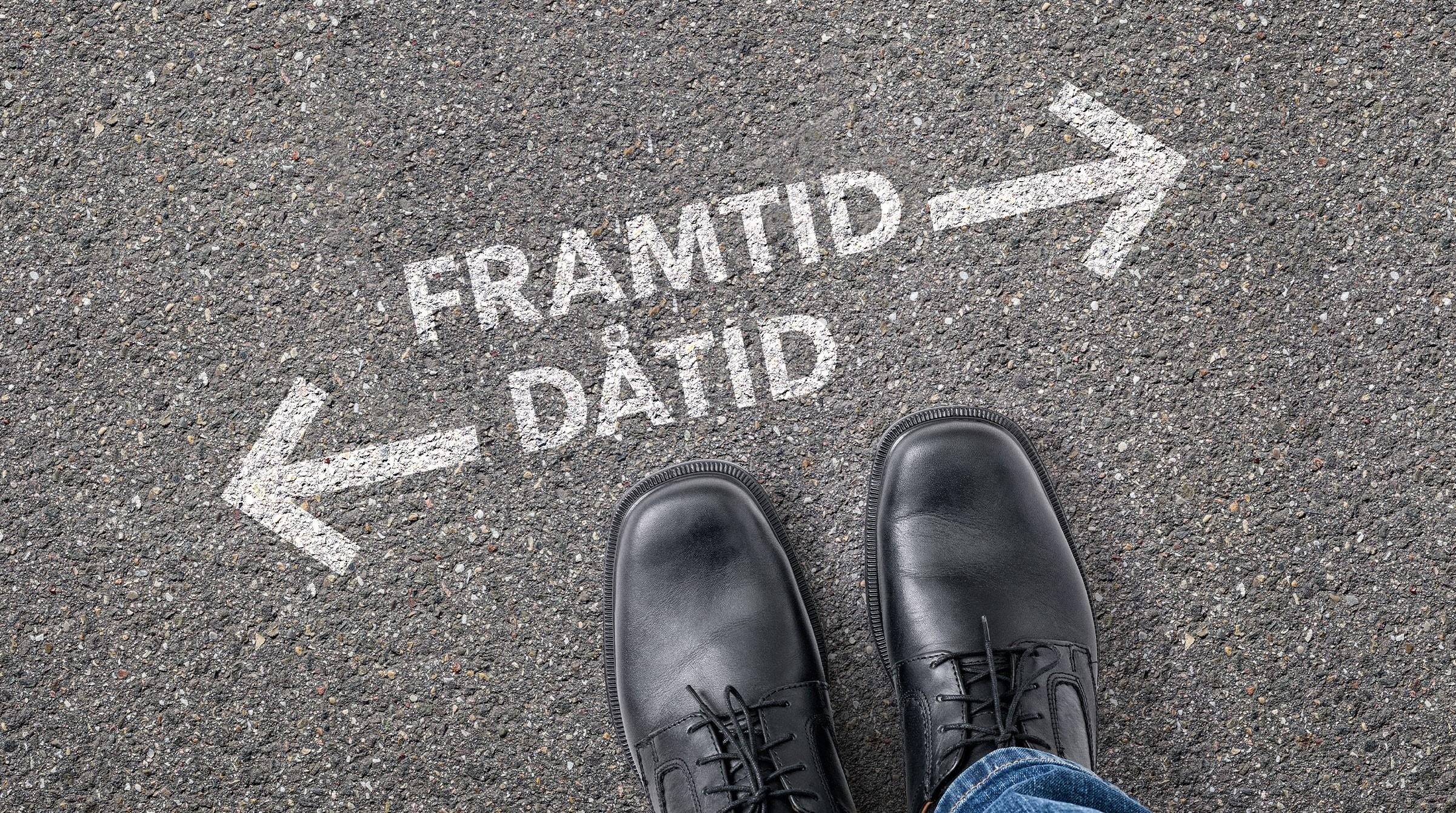 Skor på asfalt med text framtid - dåtid