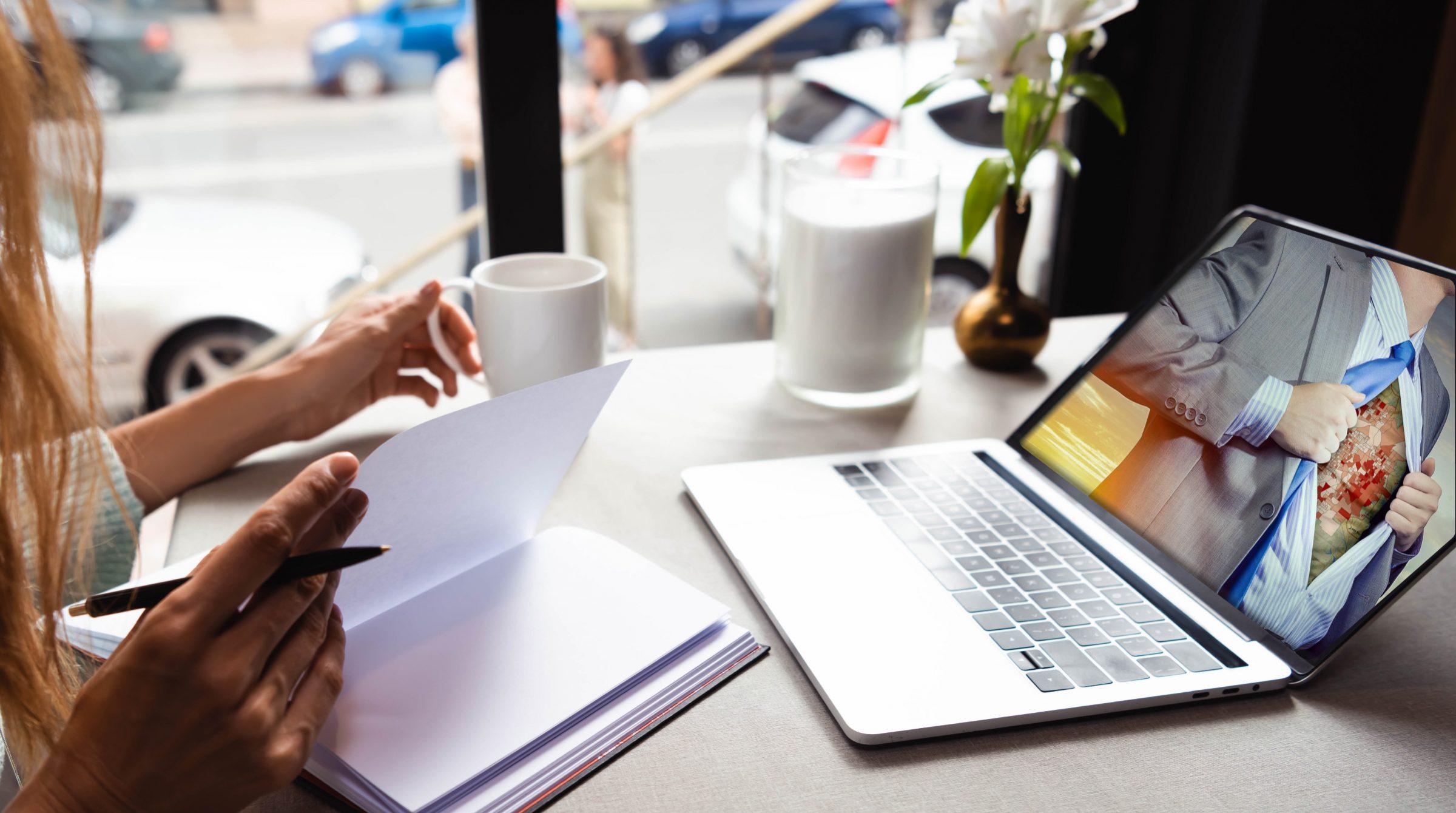Kvinna framför dator vid webbinar