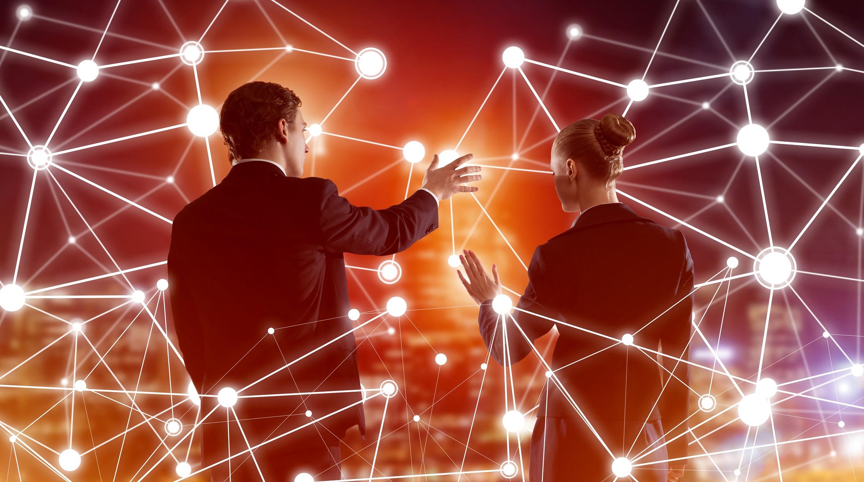 Affärsman och affärskvinna framför komplext nätverk