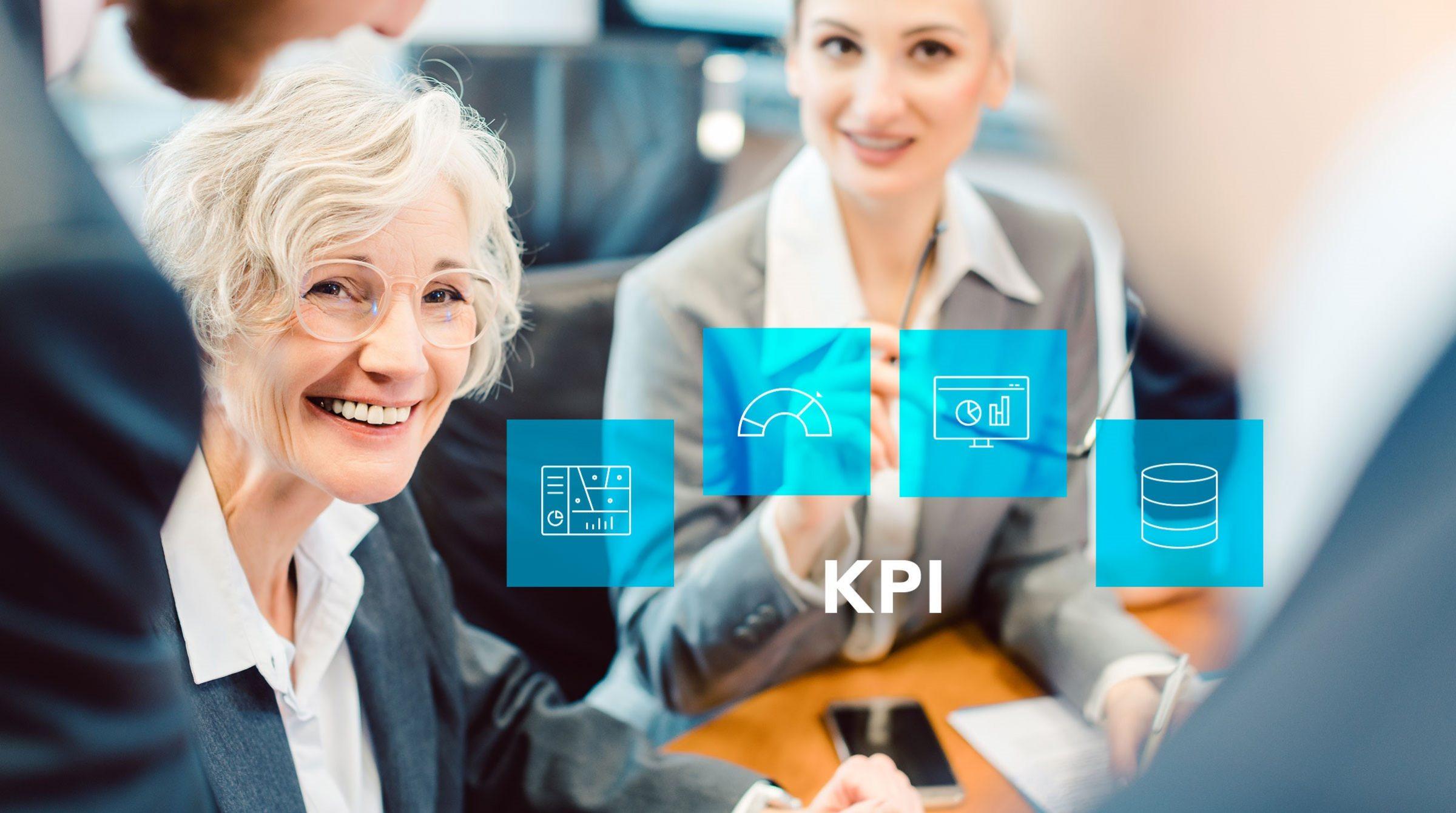 Äldre kvinna leder uppföljning av KPI