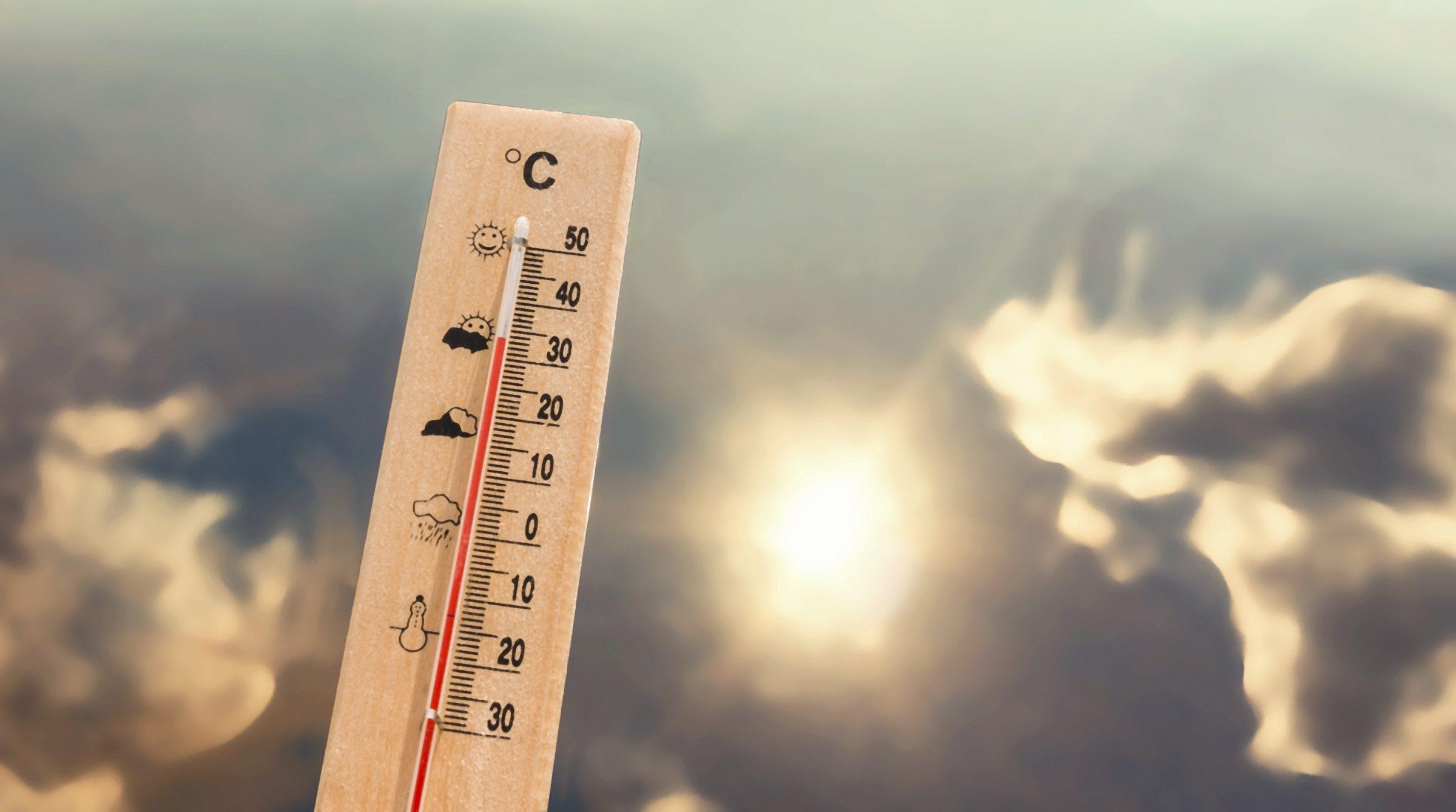 Termometer mot dramatisk himmel