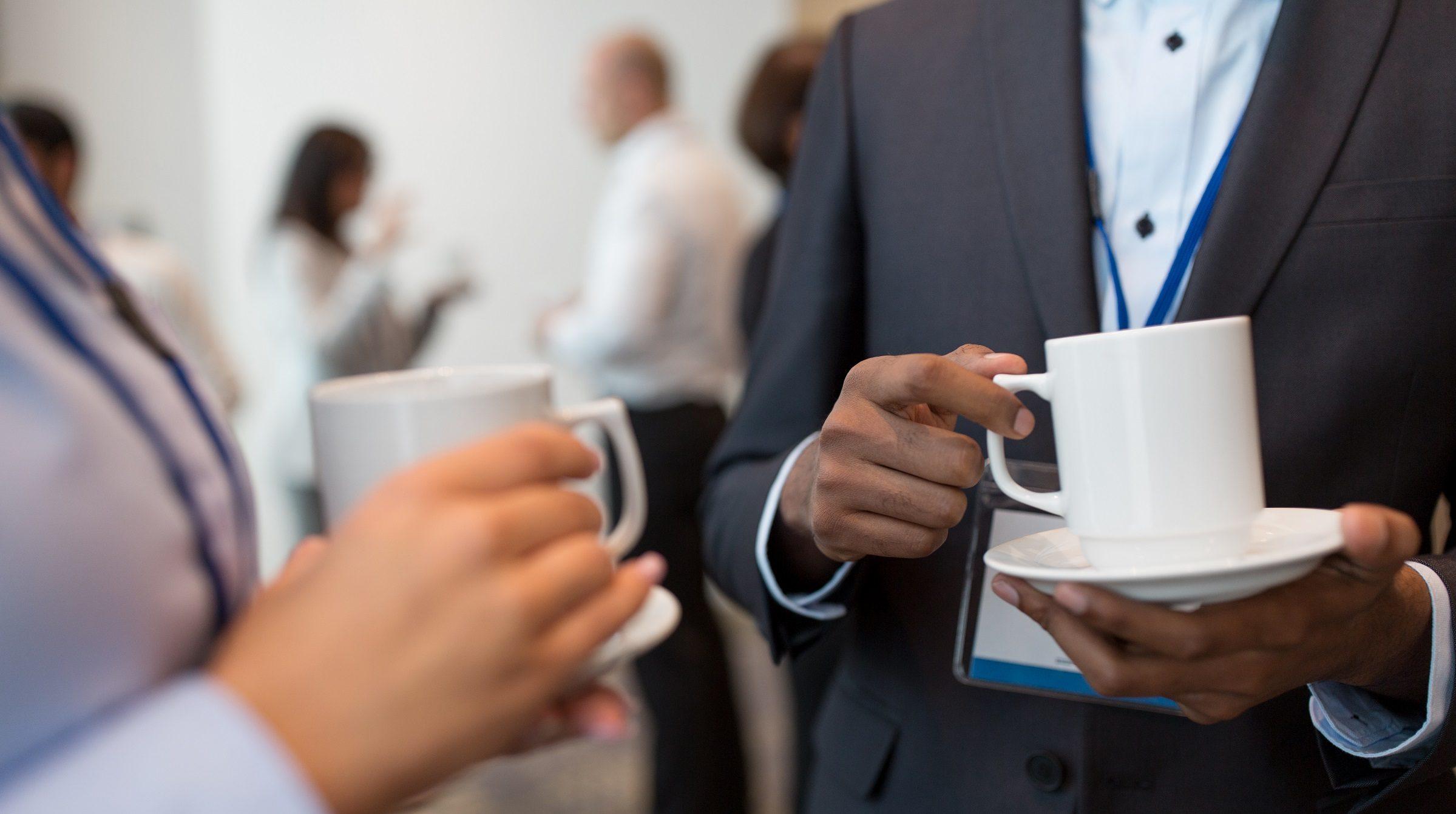 Konferensdeltagare dricker kaffe