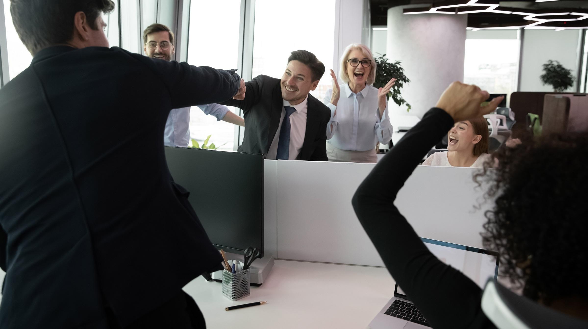 Personal på kontor firar framgång