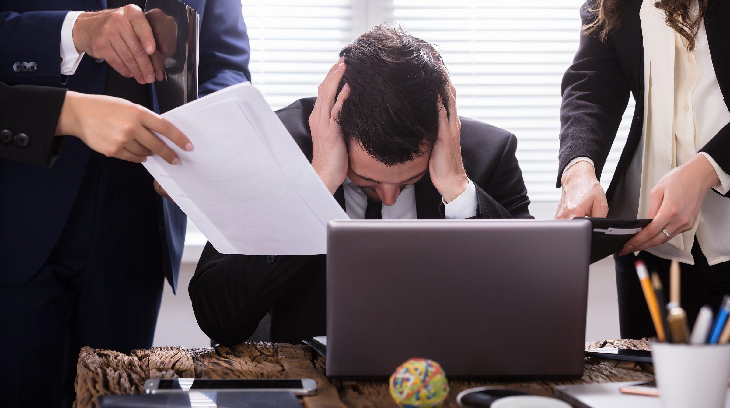 Stressad affärsman vid dator