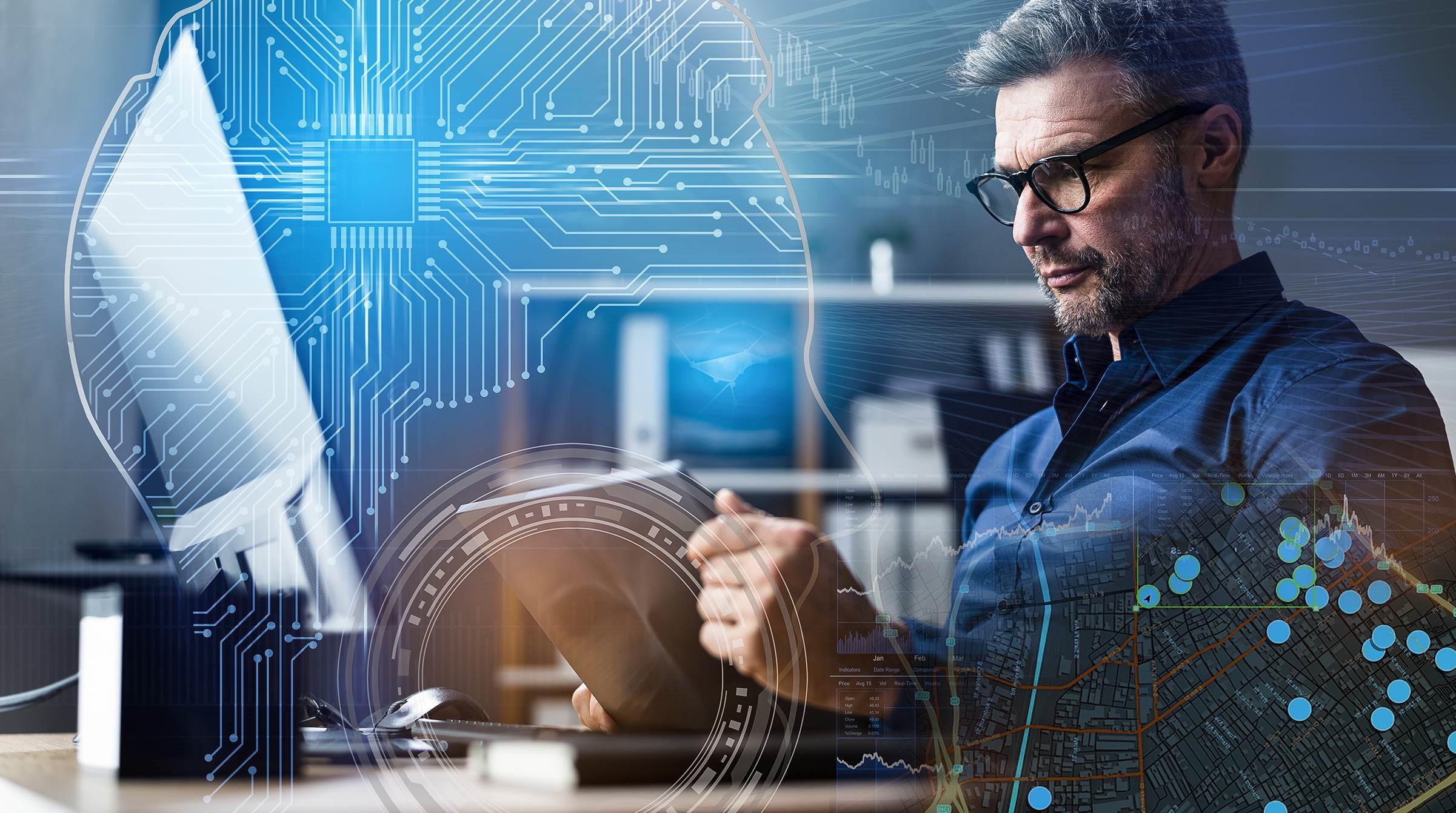 Medelålders man vid dator använder GIS och AI