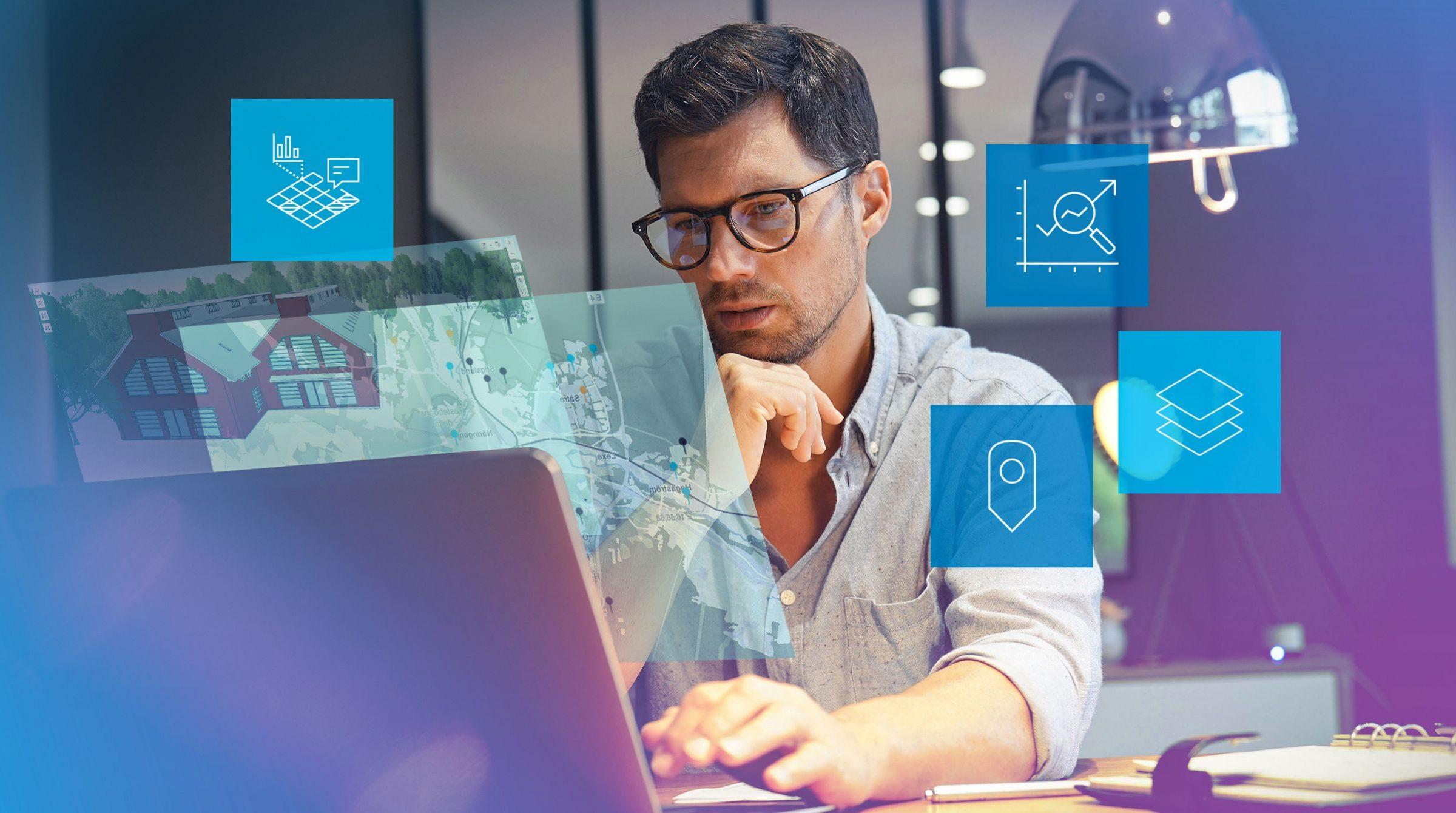 Man vid dator jobbar med GIS för facility management